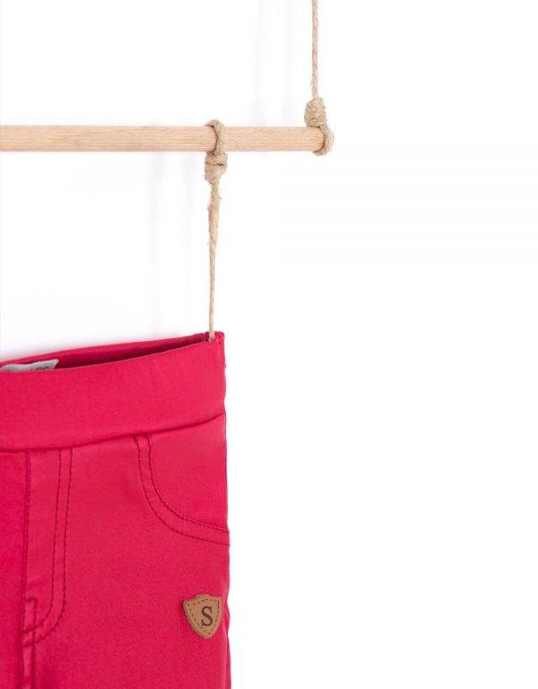 červene nohavice kozenkovy vzhlad